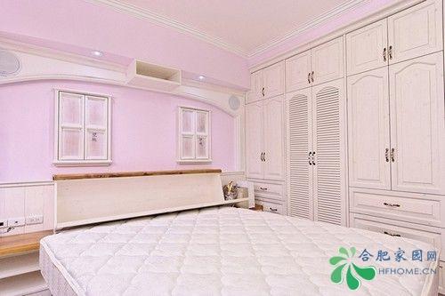 主卧室的床头靠背的位置后面可以收纳一些小物品.