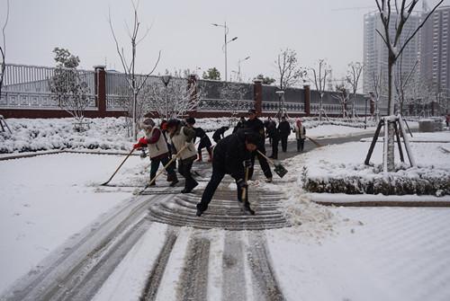 地产集团物业公司龙湖天地服务处 扫雪在行动